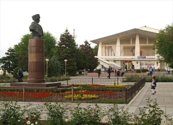 Памятник дагестанскому поэту Сулейману Стальскому