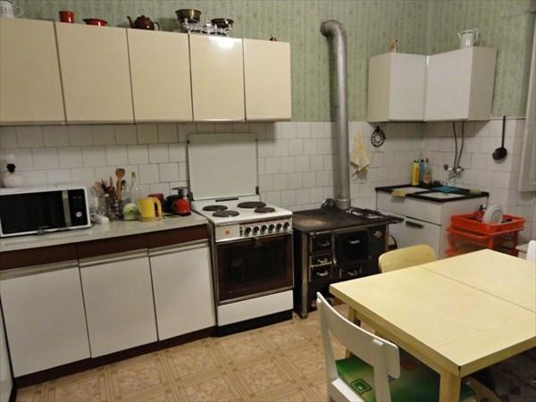 Кухня, тоже с печкой-плитой.