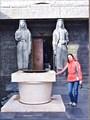 У входа статуи двух черногорок.