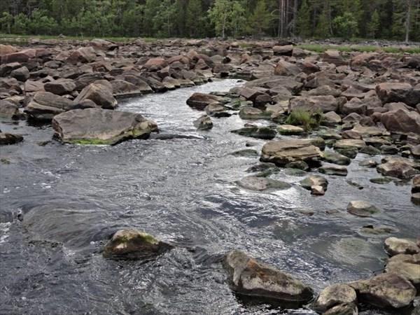 Порог Яичный, канал среди камней.