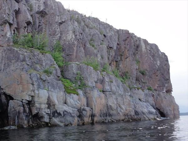 Скалы напротив Пеж-острова