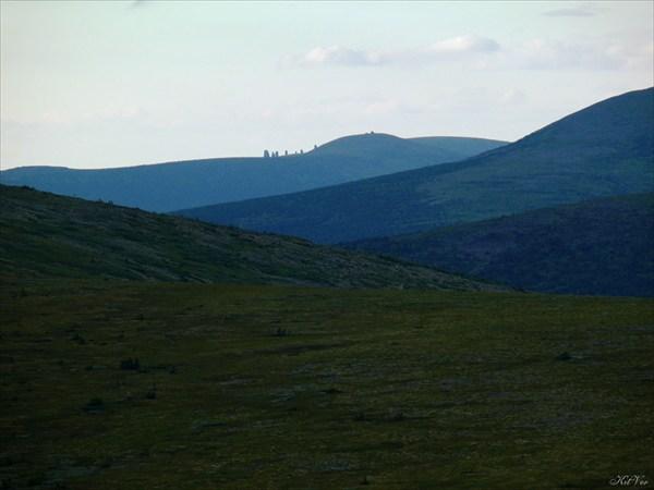 На горизонте – останцы плато Маньпупунер