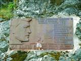 Мемориальная табличка на перевале Дятлова