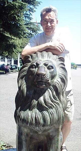 Бронзовые львы при выходе от вокзала в город