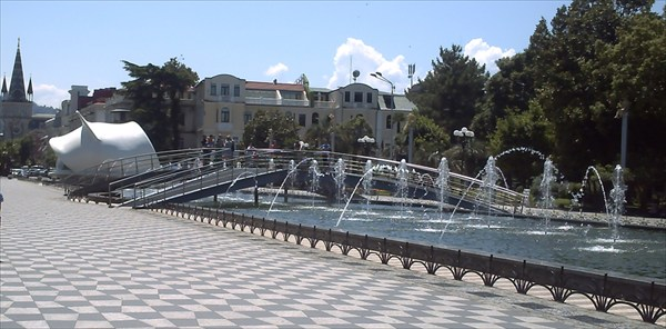 Фонтан на площади,рядом с набережной