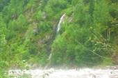 Водопад на противоположном берегу от устья р. Венга