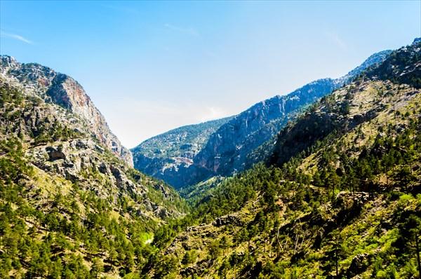 Вдалеке перевал