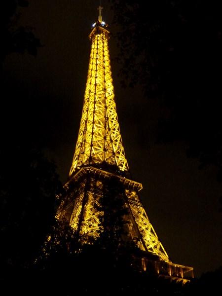 на фото: Эйфелева башня