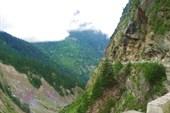 Дорога в долину р. Баспа пробита по скальной стене