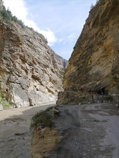 на фото: Дорога в каньоне Сатледжа