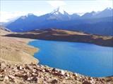 Озеро Чандра Тал. Над ним - вершины CB13 6254м и CB12 6248м