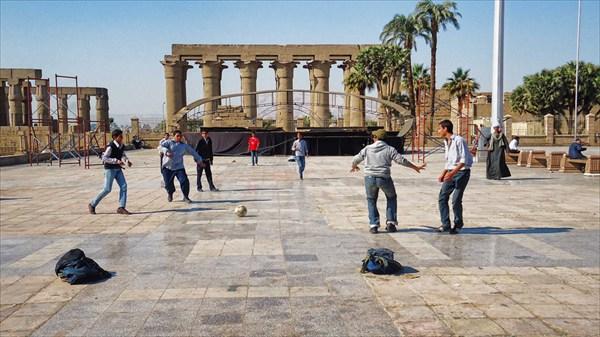 Футбол у храма богов Амона в Луксоре
