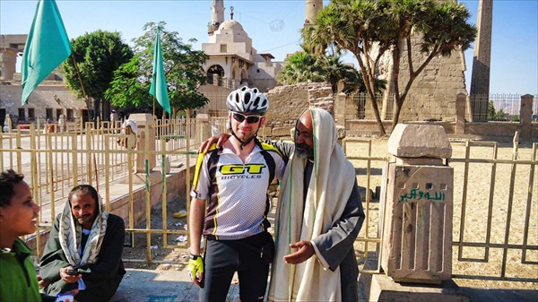 Провидец у храма богов Амона в Луксоре