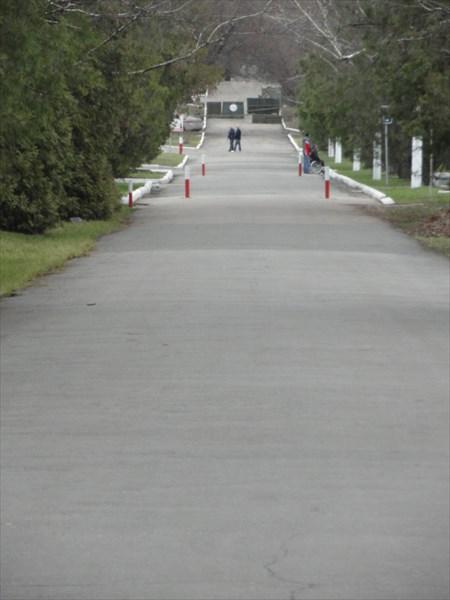 Прямо на прогулочных дорожках парка - блок-посты военных