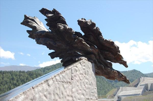 Верхняя часть скульптуры состоит из цельного куска