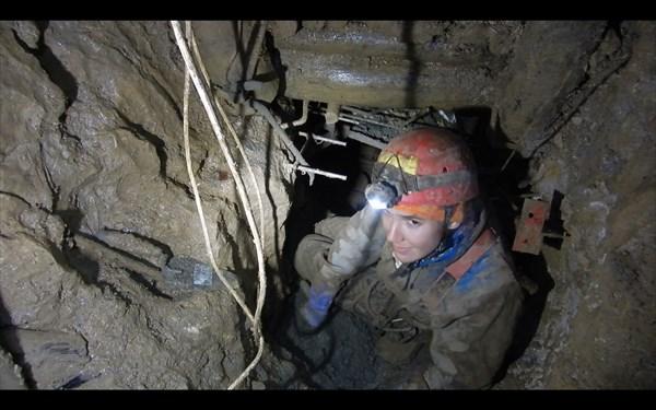 на фото: Оля пробует себя в роли бетонщика