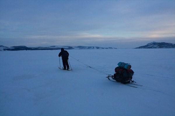 Серега на лыжах с моей телегой
