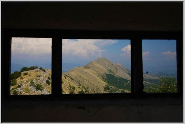 Албания из амбразуры заброшенного пограничного пункта