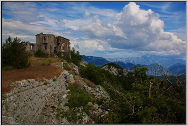 С замка-крепости открывается потрясающей красоты вид