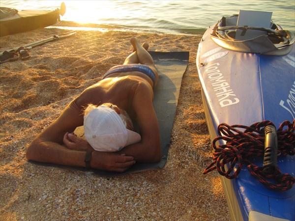 Трофимыч загорает под вечерним нежарким солнцем