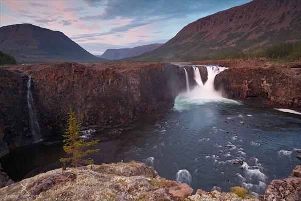 на фото: Иркингдинский водопад (Китобо-Орон). Плато Путорана.