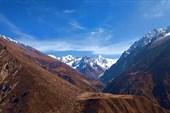 Вид с крыши монастыря Mu Gompa на горный массив Thaya Himal