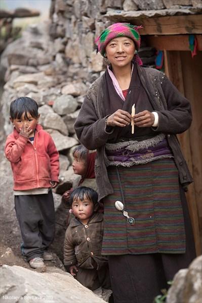 Женщина в традиционной тибетской одежде. Upper Tsum