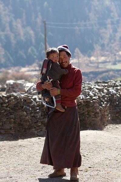Монах с сынишкой. Upper Tsum, Manaslu conservation area
