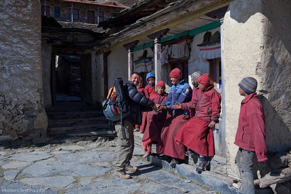 Денди Шерпа и послушники монастыря Mu Gompa, Upper Tsum