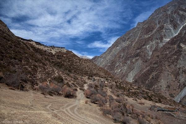 Вид на подходе к монастырю Му-Гомпа (длинный ряд чортенов)