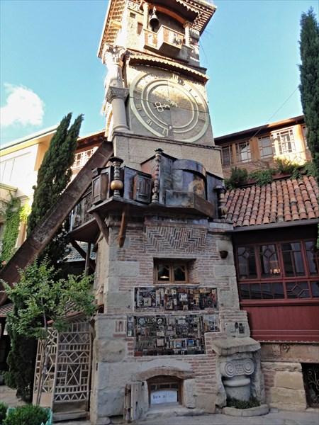 Часы у театра марионеток Резо Габриадзе