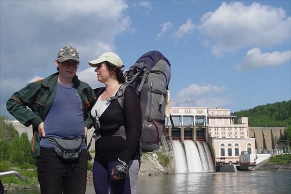 На фоне Широковской ГЭС