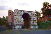 Арка Януса (Arco di Giano) и колокольня  San Giorgio al Velabro