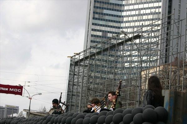 платформа с волынщиками
