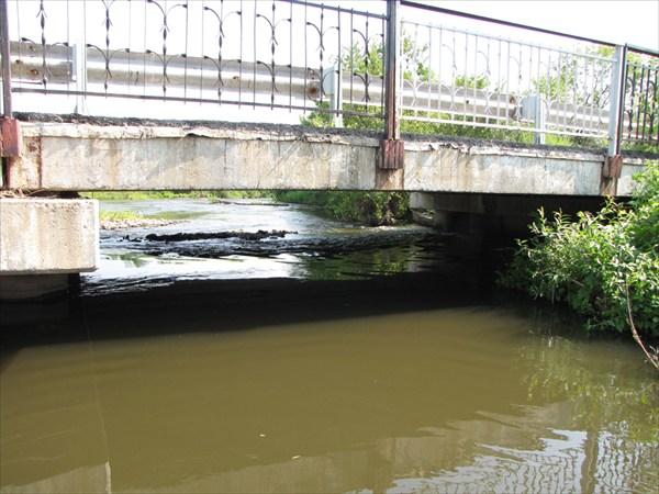 Поток под мостом