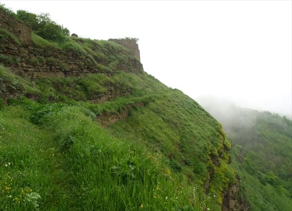 Из тумана появляются остатки крепостной стены.