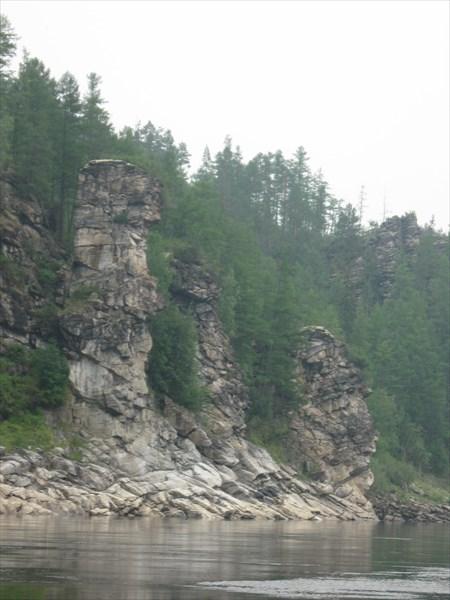 Скалы в форме людей , а справа голова