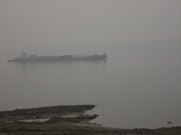 Вот такие кораблики ходят по Лене в этом дыму