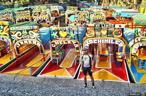 Яркие лодки в Мехико Сити