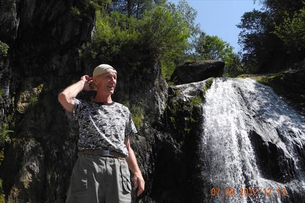 Водопад корбу на телецком озере.