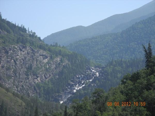 Вдали - водопад Учар.