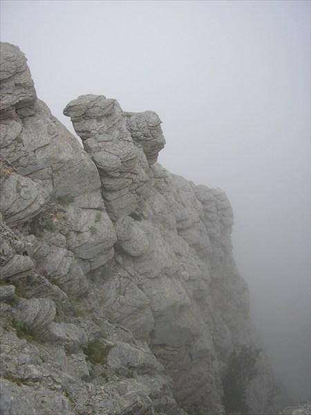 Скалы в тумаане