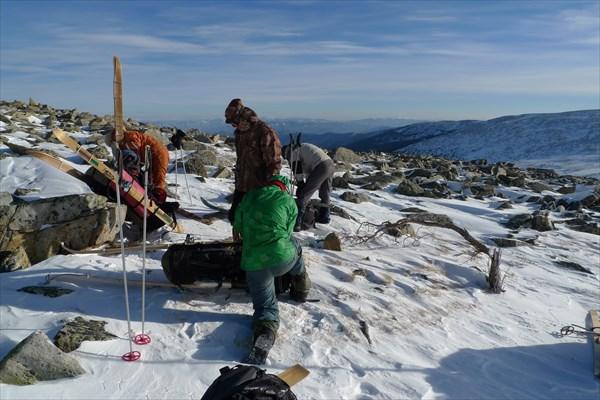 Грузим лыжи в рюкзаки