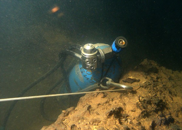 Кислородный баллон на глубине 3 метра