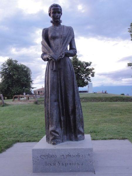 Памятник Лесе Украинке.