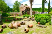Во дворе разбросаны квеври - сосуды для вина