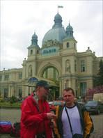 На фоне львовского вокзала
