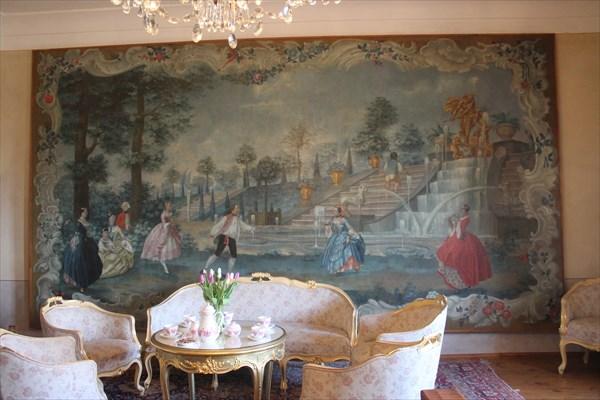 Панно на стене со сценой семейного праздника рода Клам-Галласов