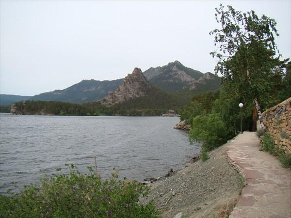 Тропа вдоль озера