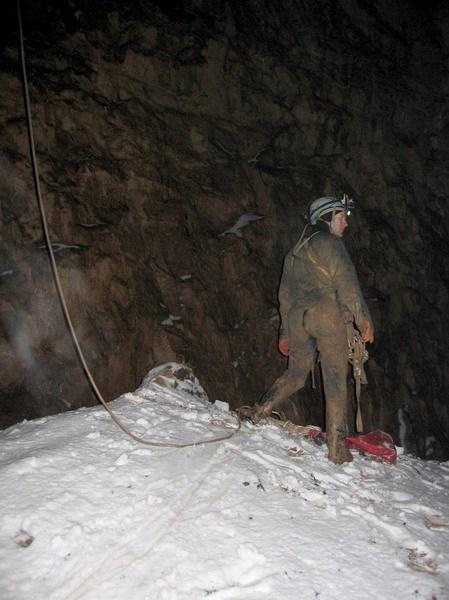вершина снежного конуса на дне входной шахты пещ. Октябрьская